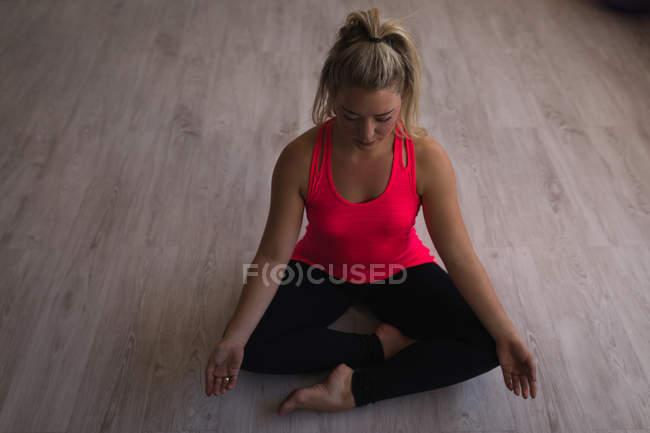 Красивая женщина, занимающаяся йогой в фитнес студии — стоковое фото