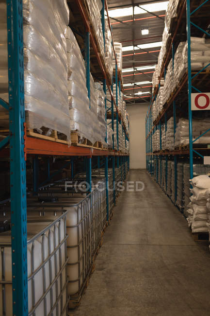 Verschiedene Materialien im Rack im Lager — Stockfoto