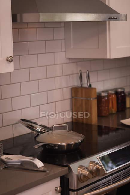 Сучасні димохідні з індукції піч на дому — стокове фото