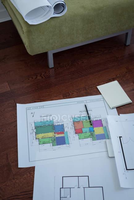 Blocco note con carta architettonica a casa — Foto stock