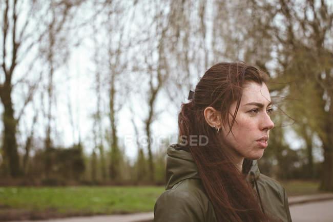 Donna riflessiva rilassante nel parco — Foto stock