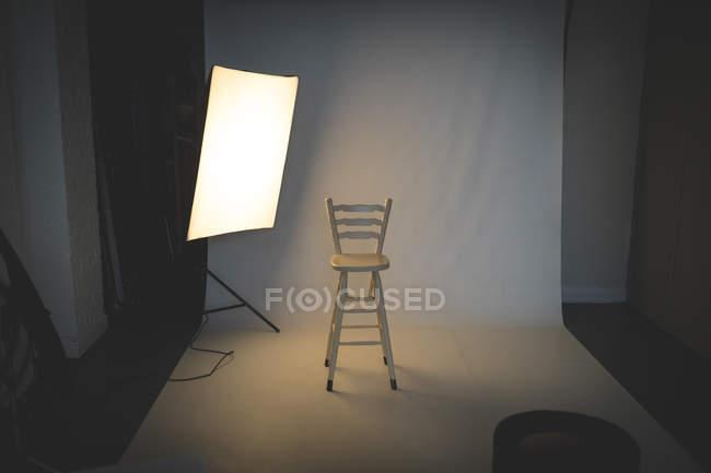 Studio fotografico vuoto con attrezzatura di illuminazione — Foto stock