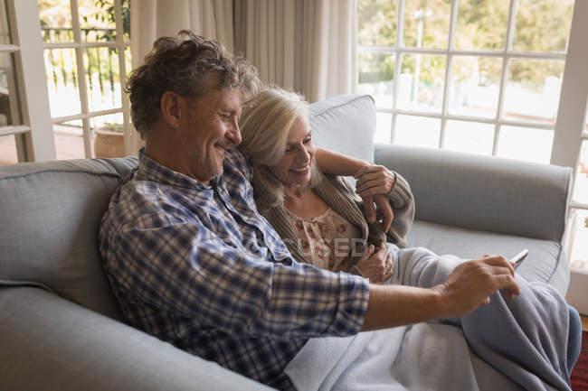Gerne älteres Paar einen Videoanruf zu Hause zu tun — Stockfoto