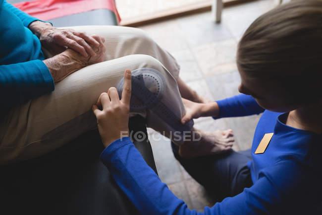 Primo piano del ginocchio di misurazione del fisioterapista con goniometro — Foto stock