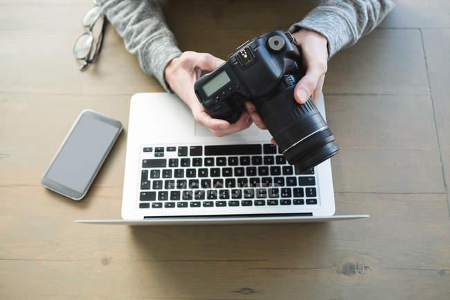 Ansicht des Menschen mit Digitalkamera zu Hause — Stockfoto