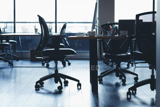 Scrivania vuota con sedie e tavolo in ufficio — Foto stock