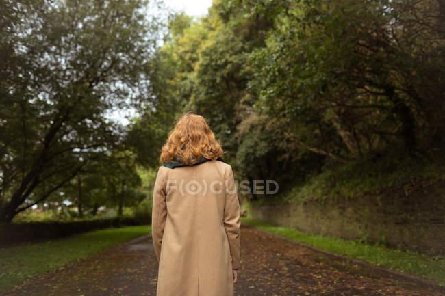 Задній вид на жінку, що стояли в парку — стокове фото