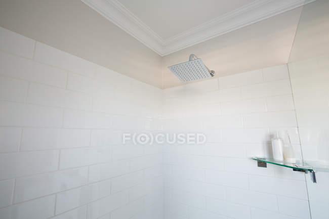 Закри душ у ванній кімнаті в домашніх умовах — стокове фото