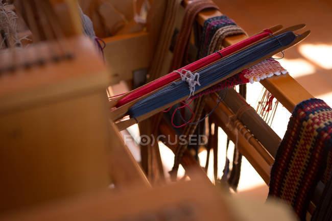 Close-up da máquina com fio de seda na fábrica — Fotografia de Stock