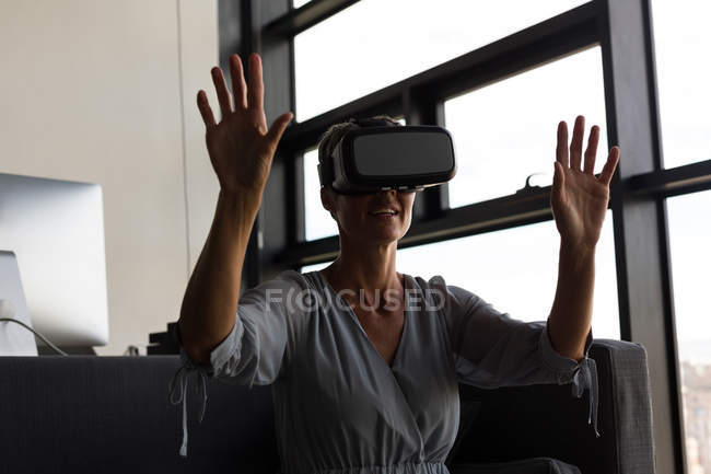 Reife Geschäftsfrau mit Virtual-Reality-Headset im Büro — Stockfoto