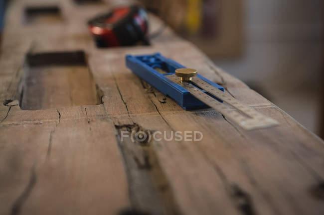 Primo piano della scala di misurazione sulla tavola di legno in officina — Foto stock