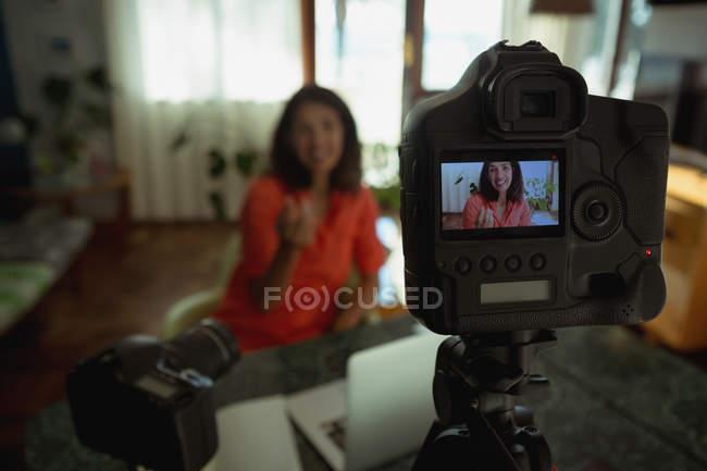 Крупный план съемки женского видео блогера в гостиной дома — стоковое фото