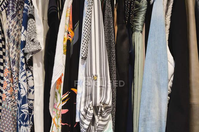 Закри різних жіночий одяг висить в вішалки вдома — стокове фото