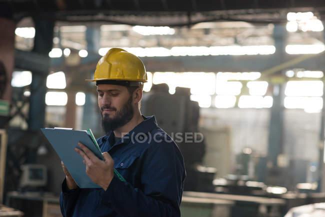 Технік підтримання рекорд буфер обміну в металургія — стокове фото