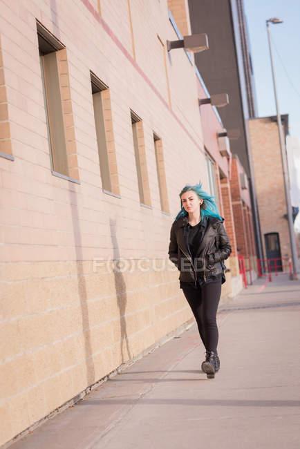 Donna elegante a piedi sulla strada della città — Foto stock
