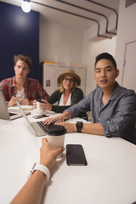 Cadres ayant une réunion dans un bureau créatif — Photo de stock