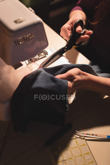 Alfaiate de close-up, pano com costura máquina de costura — Fotografia de Stock