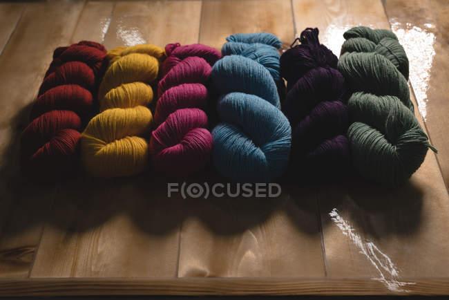 Primer hilado multicolor en dispuestas en fila - foto de stock