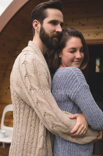 Крупным планом ласковым пара, обнимая друг друга вне кабины журнала — стоковое фото