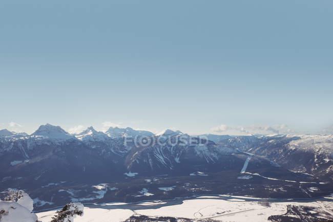 Belles montagnes enneigées et paysage par une journée ensoleillée — Photo de stock