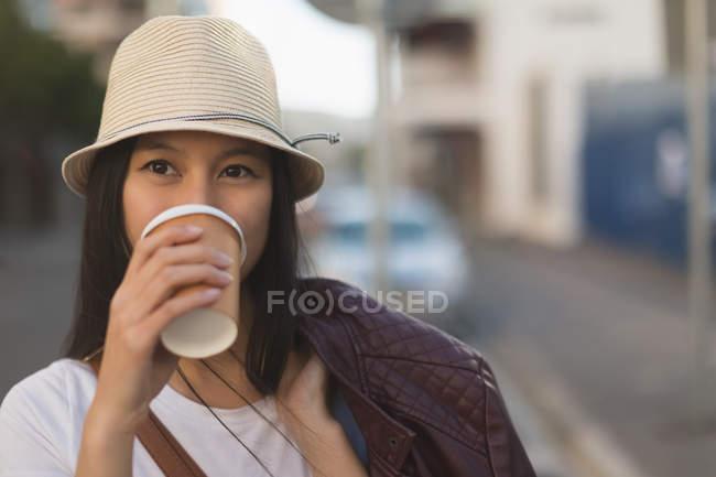 Donna premurosa che prende il caffè in strada di città — Foto stock