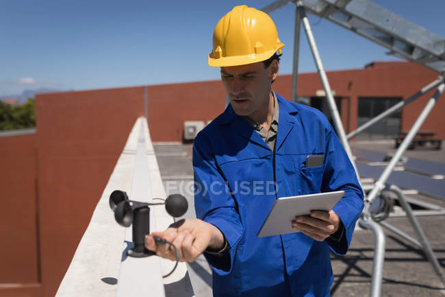 Male worker working at solar station on a sunny day — Stock Photo