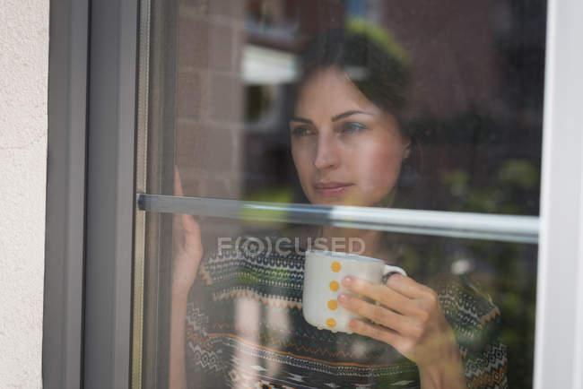 Esecutivo femminile premuroso che prende il caffè in ufficio — Foto stock