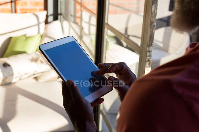 Gros plan de l'homme âgé utilisant une tablette numérique à la maison — Photo de stock
