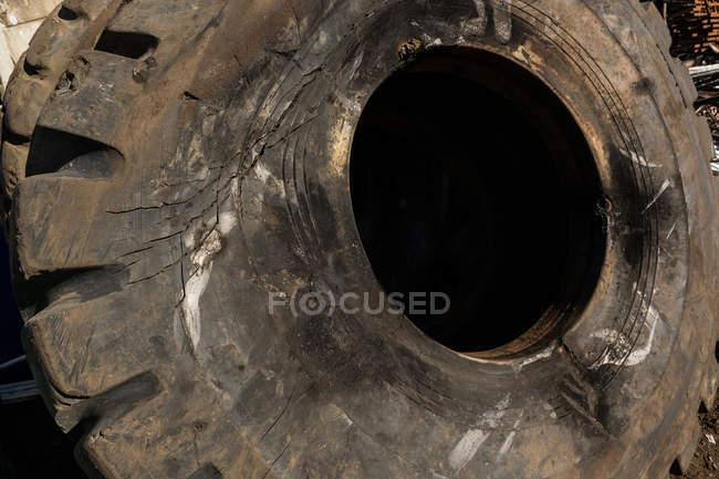 Закри палена гумових шин у на складі металобрухту — стокове фото