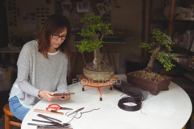 Жінка, використовуючи цифровий планшетний столом — стокове фото