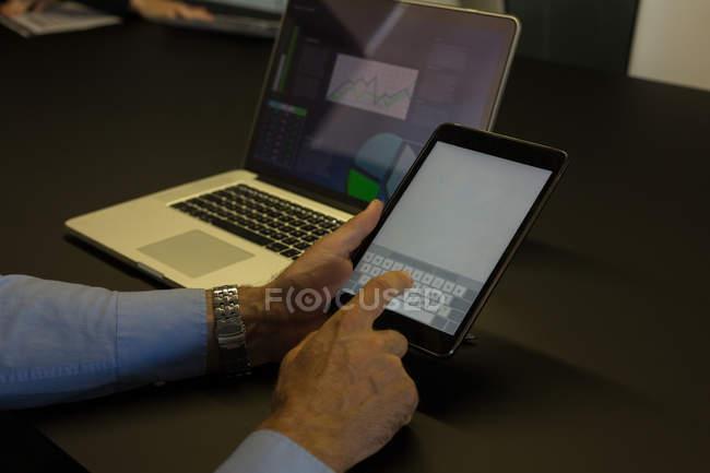 Geschäftsmann nutzt digitales Tablet im Konferenzraum zu Hause — Stockfoto