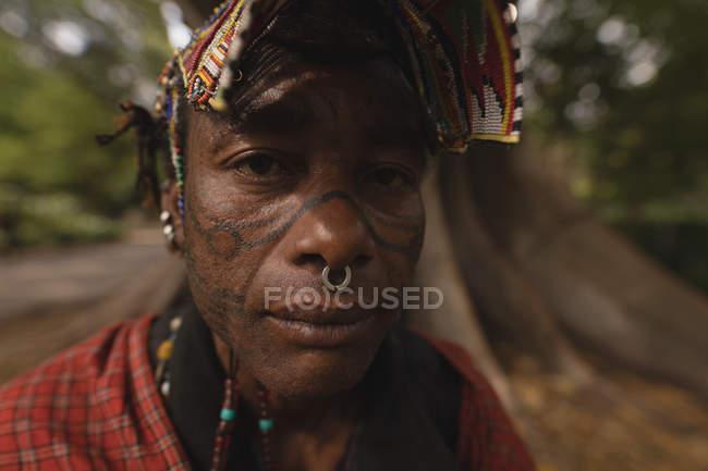 Porträt von Maasai Mann in traditioneller Kleidung — Stockfoto