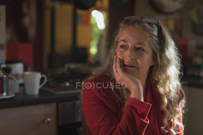 Nachdenklich Reife Frau, die zu Hause sitzen — Stockfoto
