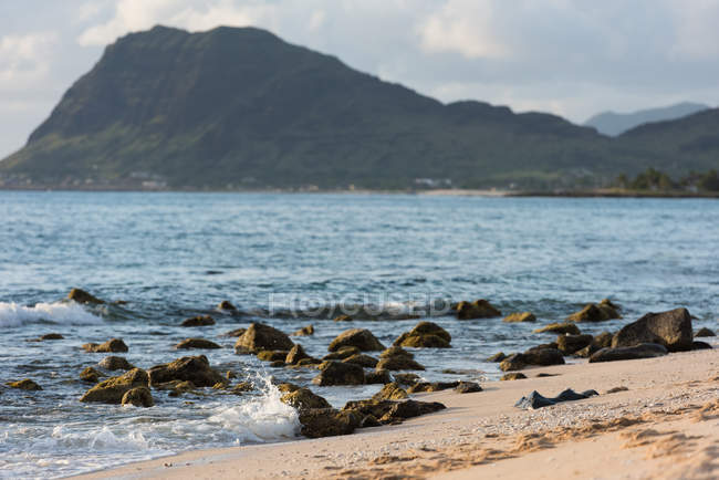 Beach with rocks and mountains in Lava Lava, Hawaii, USA — Stock Photo