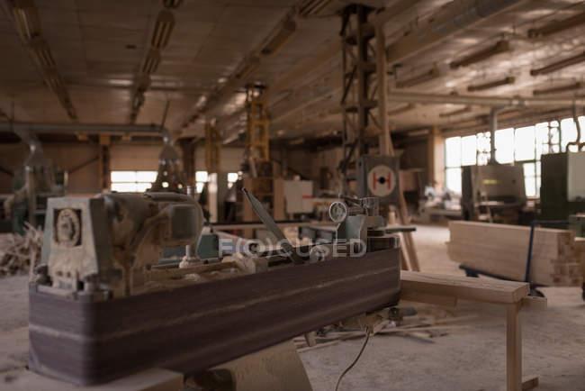 Máquina vintage em oficina de carpinteiro — Fotografia de Stock