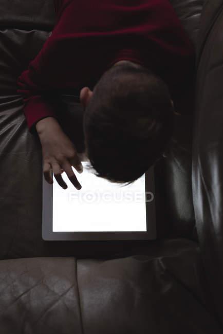 Menino usando tablet digital na sala de estar em casa — Fotografia de Stock