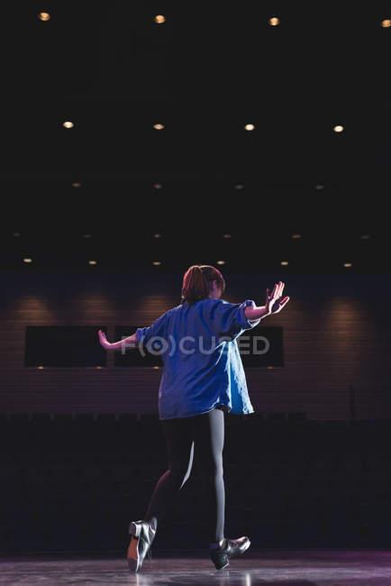Femme dansant sur scène au théâtre — Photo de stock
