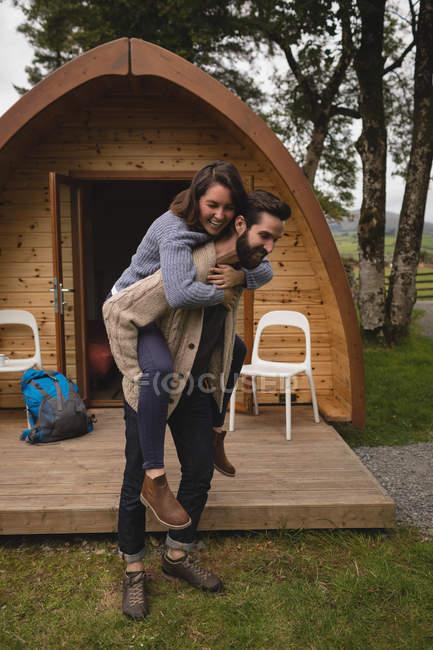 Пара занимается контрейлерные обратно ехать вне кабины журнала — стоковое фото