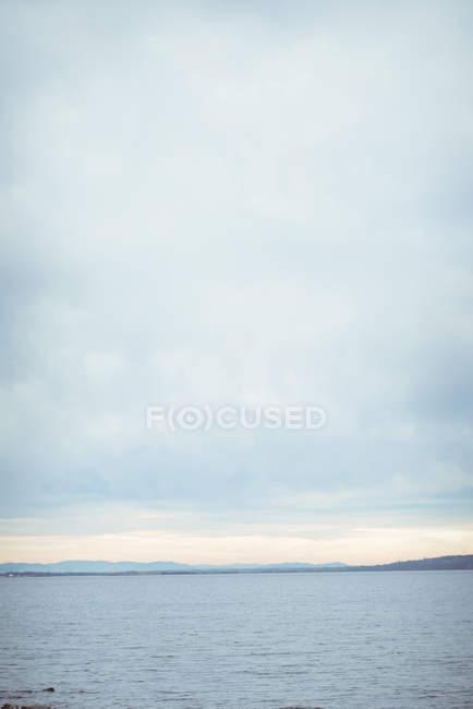 Mer par jour ensoleillé avec ciel bleu — Photo de stock