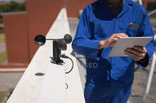 Männliche Arbeiter arbeiten an Solarstation an einem sonnigen Tag — Stockfoto