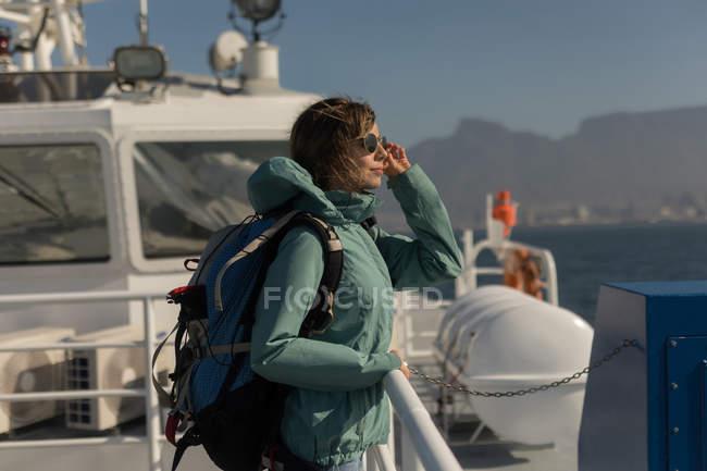 Mulher com pé de mochila em navio de cruzeiro — Fotografia de Stock
