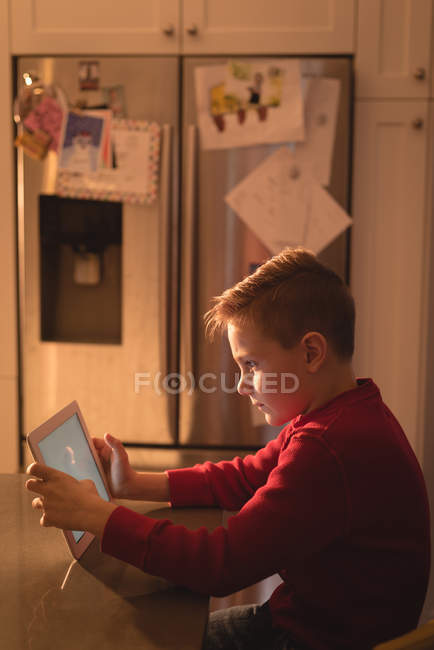 Junge nutzt digitales Tablet zu Hause — Stockfoto