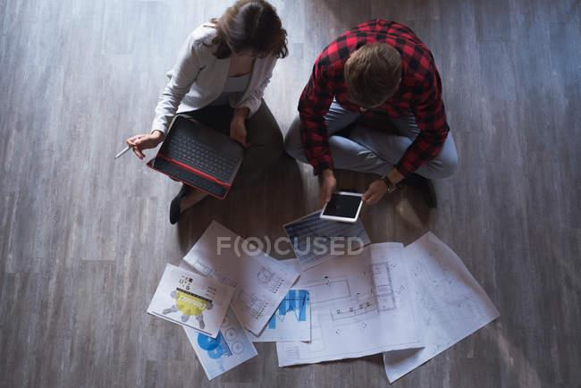 Руководители мужского и женского пола работают вместе в офисе — стоковое фото