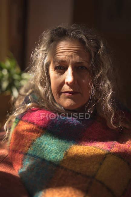 Retrato de close-up de mulher madura, embrulhado no cobertor — Fotografia de Stock