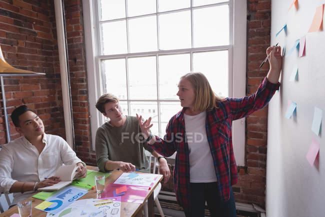 Виконавчий з зустрічі в конференц-залі, в офісі творчої — стокове фото
