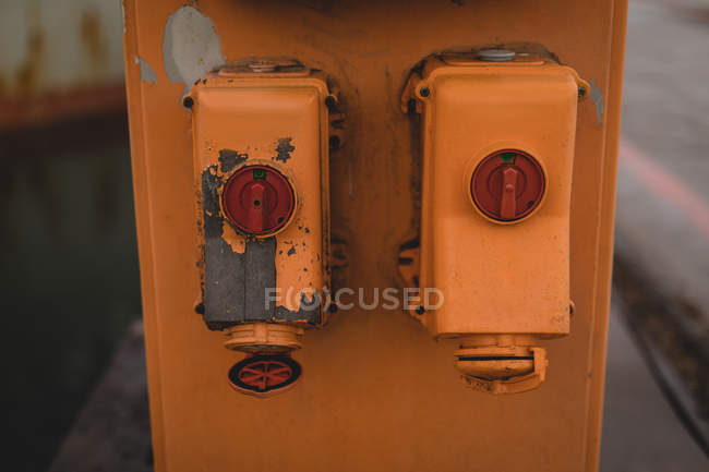 Machines rouges et jaunes sur le quai de chargement — Photo de stock