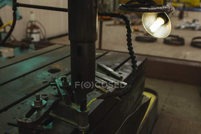Primo piano della macchina legante per tubi in officina — Foto stock