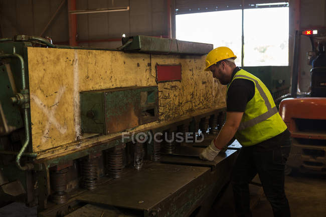 Concentrated worker working in the scrapyard — Stock Photo