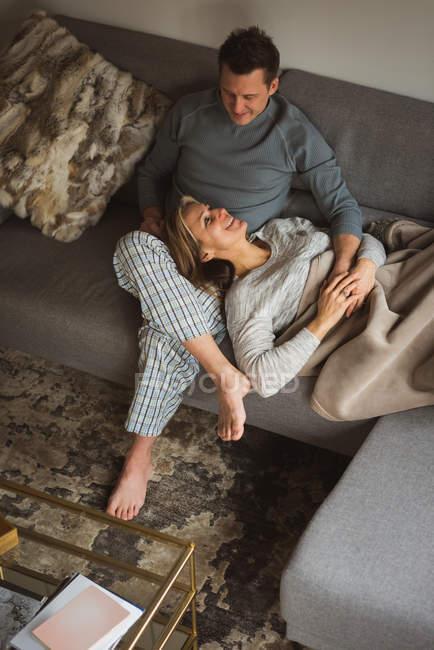Пара взаємодіють один з одним у вітальні на дому — стокове фото
