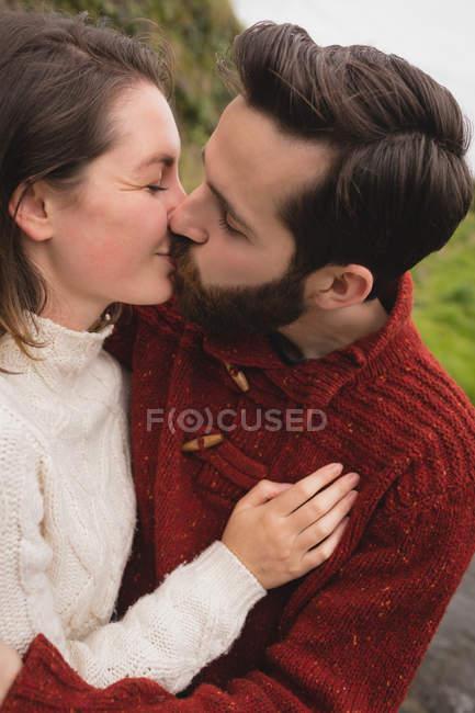 Close-up de casal afetuoso beijando uns aos outros — Fotografia de Stock